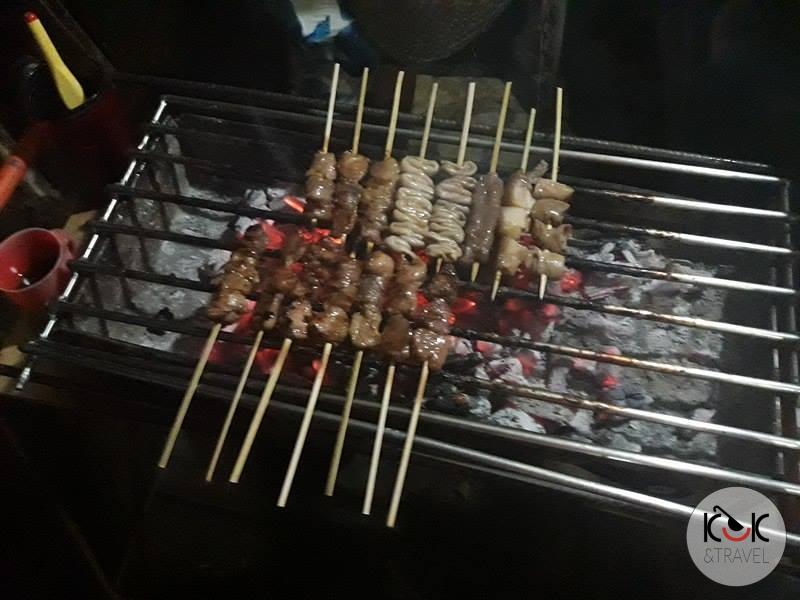 Jelita świni i kury na grillu.